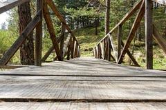 Alte Holzbrücke in der Natur Lizenzfreie Stockbilder