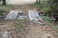 Alte Holzbrücke mangels der Reparaturen Lizenzfreie Stockfotografie