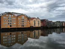 Alte Holzhäuser mit Nidelva-Fluss, Trondheim, Norwegen Lizenzfreie Stockfotografie