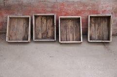 Alte Holzkisten an einer Patinawand Stockfoto