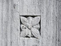 Alte Holzoberfläche mit Blumenverzierungen Stockfotos