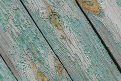 Alte Holzoberfläche mit Sprüngen und Schale malen, abgebrochene Farbe, Türkisbeschaffenheit, Hintergrund Stockfotografie
