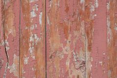 Alte Holzoberfläche mit Sprüngen und Schalenfarbe, rosa Beschaffenheit, Hintergrund Stockbild