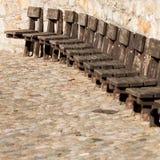Alte Holzstühle auf Wand Stockfotos
