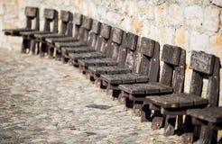 Alte Holzstühle auf Wand Stockfotografie