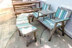 Alte Holzstühle draußen mit Bank Lizenzfreies Stockfoto
