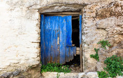 Alte Holztür auf einer Steinwand Lizenzfreies Stockbild