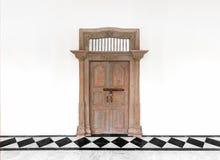 Alte Holztür auf weißem konkretem Zementwandhintergrund Stockbild