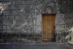 Alte Holztür auf Ziegelsteinsteinwand als Hintergrund Lizenzfreie Stockfotografie