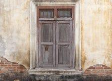 Alte Holztür in defekter schmutziger Wand Lizenzfreie Stockbilder
