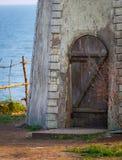 Alte Holztür in der Backsteinmauer im Kloster Lizenzfreies Stockfoto