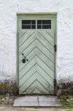 Alte Holztür in der Betonmauer Lizenzfreies Stockbild