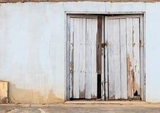 Alte Holztür in der Stadt von Si Sa Ket, Thailand Lizenzfreies Stockbild