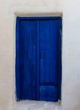 Alte Holztür in einem griechischen Dorf Lizenzfreies Stockfoto
