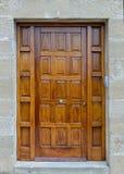 Alte Holztür in einer Steinwand Stockfotos