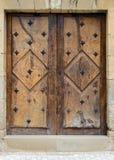 Alte Holztür in einer Steinwand Stockbild