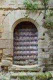 Alte Holztür in einer Steinwand Lizenzfreies Stockbild