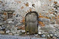 Alte Holztür in einer trostlosen Wand Stockfotografie