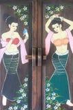 Alte Holztür gemalt mit den sexy thailändischen Artdamen, die Bild, schöne Mädchenkarikatur und Blumen zeichnen Lizenzfreie Stockbilder