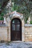Alte Holztür im historischen Kloster, Kloster von St.-Neophyten, Tala Village, Zypern Stockfotografie