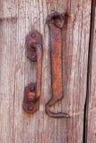 Alte Holztür mit altem Haken lizenzfreie stockbilder