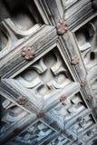 Alte Holztür mit Blumenverzierung Stockfotografie