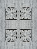 Alte Holztür mit Blumenverzierungen Stockbilder
