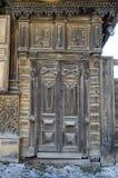 Alte Holztür mit dem hölzernen geschnitzt lizenzfreies stockbild