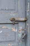 Alte Holztür mit dem Klipp, das an der Klinke hängt Satz Hintergründe Stockbilder