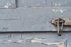 Alte Holztür mit dem Klipp, das an der Klinke hängt Satz Hintergründe Lizenzfreie Stockfotos