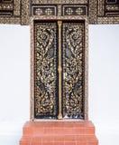 Alte Holztür mit dem traditionellen thailändischen Muster Lizenzfreie Stockfotografie
