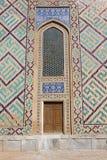 Alte Holztür mit einem Bogen über ihm, die zentrale asiatische Art Lizenzfreies Stockbild