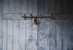 Alte Holztür mit Eisenverschluß Stockfotos