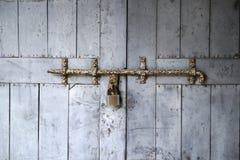 Alte Holztür mit Eisenverschluß Lizenzfreie Stockfotos