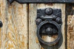Alte Holztür mit gealtertem Metalltürgriff lizenzfreie stockbilder