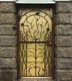 Alte Holztür mit geschmiedeten Scharnieren, hölzerne Beschaffenheit von alten Türen mit Schmiedenelementen Lizenzfreie Stockfotografie