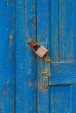 Alte Holztür mit Griff und Verschluss Lizenzfreie Stockbilder