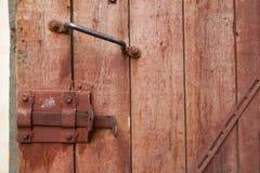Alte Holztür mit Griff und Verschluss Lizenzfreie Stockfotos