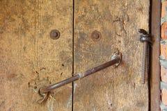 Alte Holztür mit Griff und Verschluss Stockfotos