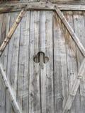 Alte Holztür mit Kleeöffnung Stockfoto