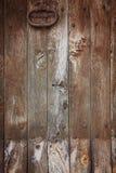 Alte Holztür mit Klopfer Stockfotos