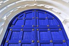 Alte Holztür mit Metallnieten und Bogen des weißen Steins Architekturbeschaffenheitshintergrund Lizenzfreies Stockfoto