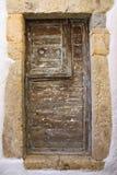 Alte Holztür mit rundem Metallgriff stockfotos