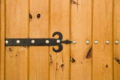 Alte Holztür mit Scharnier Stockfotografie