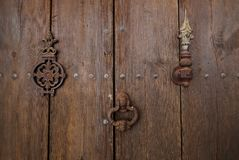 Alte Holztür mit Türklopfer stockbild