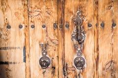 Alte Holztür mit Türklopferringen lizenzfreie stockfotografie