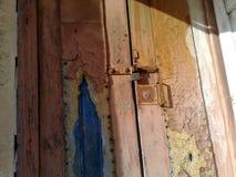 Alte Holztür mit Verschluss stockfotografie