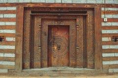 Alte Holztür mit Verzierungen im Dorf von Vashisht Lizenzfreies Stockfoto