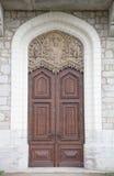 Alte Holztür mit Verzierungen im Schloss eines Ritters mit snowin Stockfotos