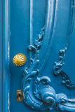 Alte Holztür mit Verzierungen und goldenem Türknauf Lizenzfreie Stockbilder